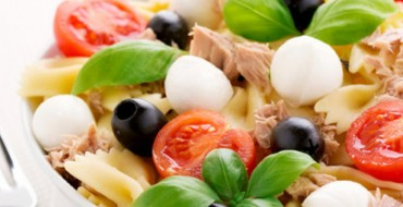 Салат из макарон с овощами и моцареллой