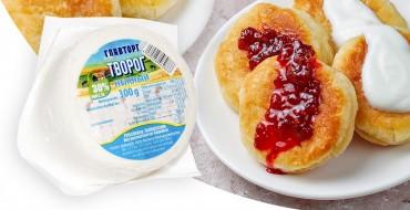 Сырники - русские творожные оладьи с клубникой
